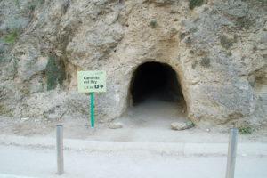 Ein in den Fels gehauener Tunneleingang zum Caminito