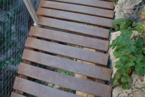 Die Holzplanken des Weges durch die man oft 100 Meter in den Abgrund sehen kann.