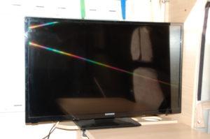Ein herkömmlicher 32 Zoll LCD Fernseher ist am Ende des Esstisches vor einem Fenster befestigt.