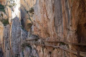 Noch ein schöner Blick auf den Holzsteg in der Felswand