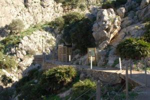 Eine Stahltür zum Eingang zum Wanderpfad.