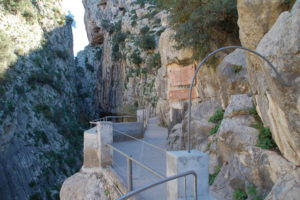 Der Anfang des Caminitos zwischen 100 Meter hohen Felsenschluchten.