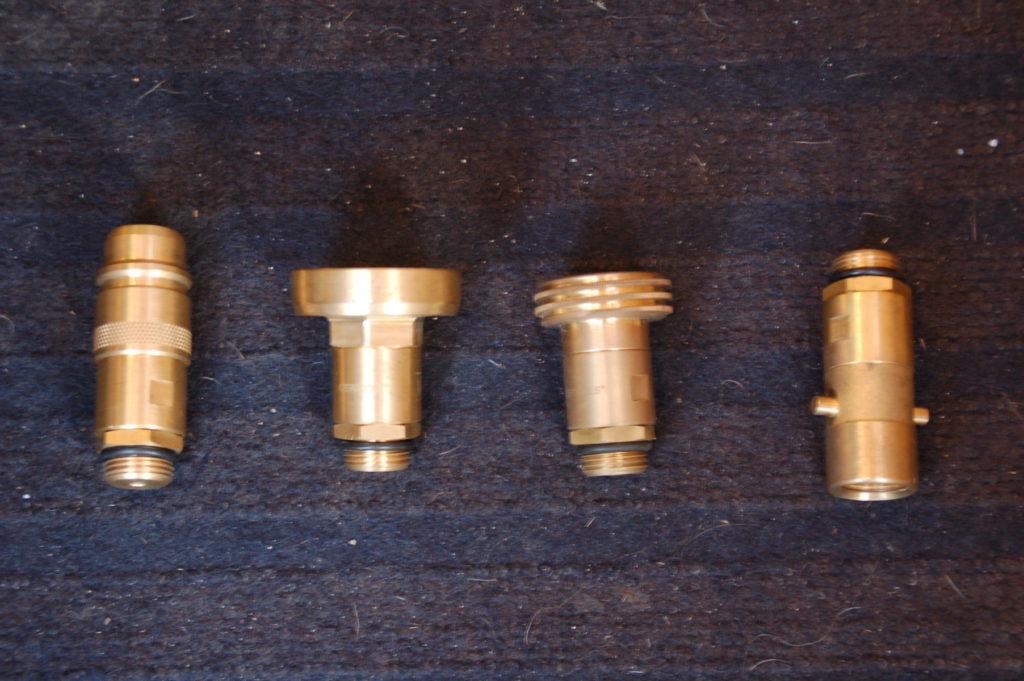 4 mitgelieferte Adapter zum Gasttanken