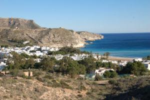 Agua Amarga, ein fast ursprüngliches Fischerdorf, zwischen zwei Felswände eingebettet.