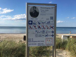 Schild mir Anweisungen zur Strandbenutzung