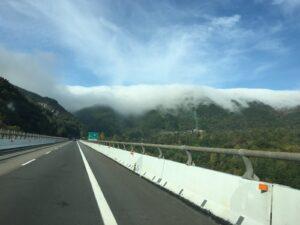 Wolken am Bergkamm