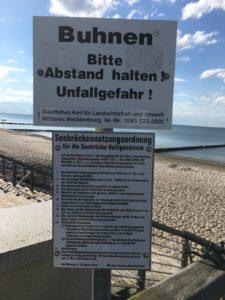 Schild mit der Benutzungsordnung der Seebrücke