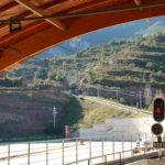 Vom Bahnhof aus fotografierte Zahnradbahn, die gerade den Berg herunterkommt.