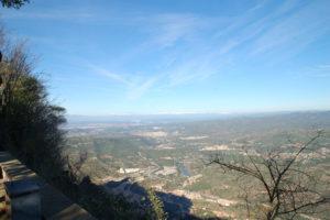Von Montserrat sieht man die schneebedeckten Gipfel der Pyrenäen im Norden.