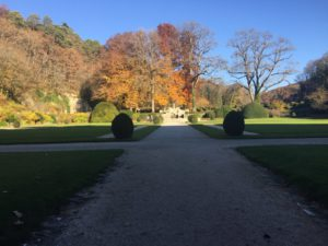 Ein Park im hinteren Bereich des Klosters. Ganz hinten sieht man einen Brunnen
