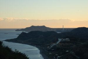 Von einer Anhöhe sieht man ganz im Hintergrund das Cabo de Gata im Abendhimmel