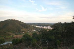 Am linken Bildrand sieht man auf dem Berg das Kastell von Sanlucar.