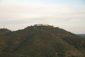 Die Festung von Sanlucar auf der Bergspitze über dem Ort