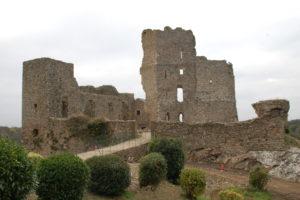 Man sieht die Burgruine des Chateaus Saissac, leider im Spätherbst geschlossen.