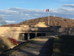 Das Foto zeigt den Eingang zum Nationaldenkmal HWK. Das ebene Dach ist begehbar, eine quadratische Plattform von ca. 20 x 20 Meter. In der Mitte der Plattform ist ein Altar aufgebaut.