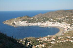 Blick vom Berg in die malerische Bucht von El Port de la Selva