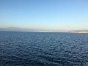 Blick vom Schiff auf die Hängebrücke, welche das Festland mit dem Peloponnes verbindet
