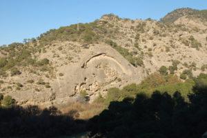 beim Abstieg zum Eingang des Caminito del Rey kommt man an dieser ausgewaschenen Felswand vorbei