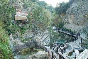 Blick in die Schlucht bei den Quellen, links ist ein Restaurant gebaut, das sich gut in die Landschaft einfügt.