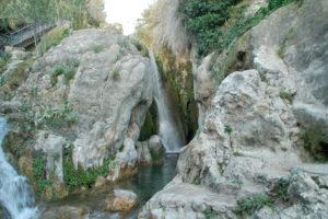 Ein Wasserfall stürzt etwa 15 Meter zwischen Felsen hinab.
