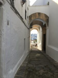 Blick durch einen maurischen Bogen auf die Stadt Vejer