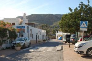 eine Straße in Rodalqilar mit bemalten weißen Häusern