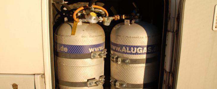 Zei nebeneinander verbaute Gastankflschen im Gasflaschenfach des Wohnmobils