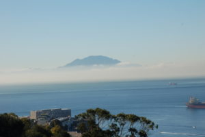 Der Blick vom Affenfelsen Richtung Süd. Über das fast wellenlose Meer siht man im Hintergrund das aufsteigende Atlasgebirge.