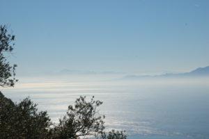 über das Meer hinweg sieht man die nordafrikanische Küste