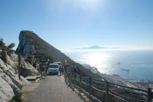 2 Sammeltaxen auf einer der engen Straßen auf dem Grat des Felsens, mit Blick nach Süden auf das Meer bis zum Atlasgebirge