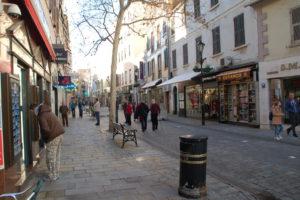 Eine Einkaufsmeile, wie in jeder mittleren Stadt Europas.