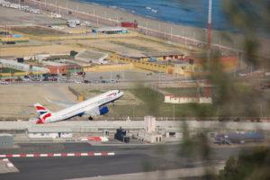 Ein Flugzeug beim Start vom Flughafen Gibraltar