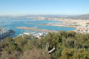 Blick auf die Landebahn Gibraltars. Im Hintergrund die spanische Stadt La Linia De La Conception