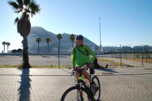 Otto vor dem Felsen von Gibraltar auf dem Fahrrad