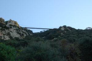 Eine Hängebrücke für Fußgänhger auf einem Wanderweg auf dem Felsen.