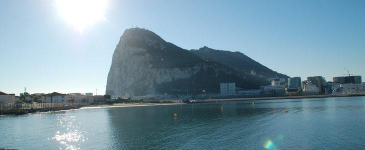 Der Felsen von Gibraltar von der spanischen Seite fotografiert.