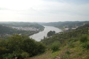 man sieht die beiden Dörfer Sanlucar und Alcoutim getrennt durch den Fluss Guadiana
