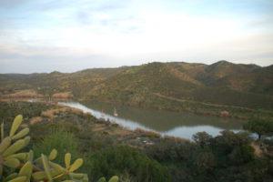 in hügeliger Landschaft schlängelt sich der Guadiana bis zum Atlantik hinab