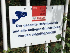 Hinweisschild der Videoüberwachung im Hafen