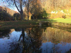Einer der Teiche im Park, wo die Mönche Forellen und Karpfen züchteten