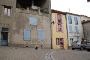Lotte steht vor einem alten Stadthaus.