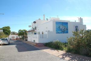 auf einem typisch weiß getünchten Haus ist eine Wandmalerei