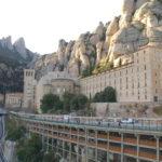 Man sieht die Rückseite der Basilika Montserrat