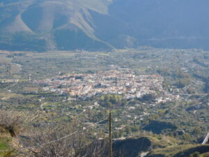 Die andalusische Kleinstadt Orgiva im Tal