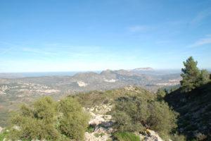 Man blickt von einem Aussichtspunkt über das wunderschöne Tal von Pop.