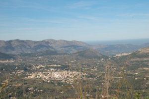 Man sieht die Stadt Parcent im Tal von Pop von weit oben.