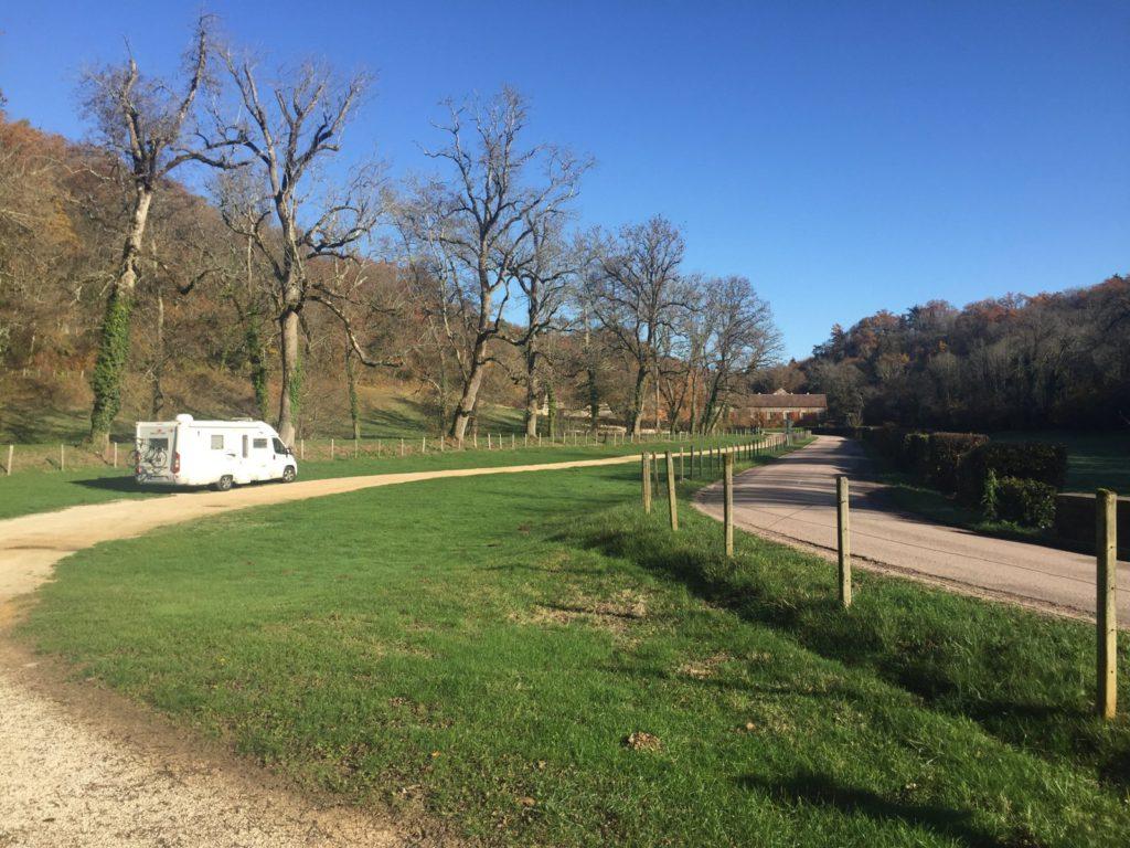 Das Womo steht einsam auf dem großen Wiesenparkplatz der Abtei Fontenay