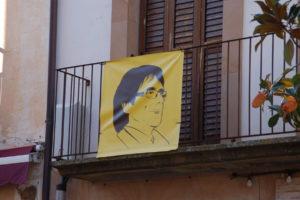 Carles Puigdemont auf einem Plakat mit gelbem Hintergrund