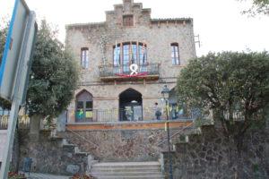 Das Rathaus von Viladrau ebenfalls mit gelber Schleife der Unabhängigkeit geschmückt.