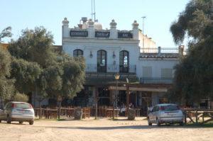 ein Restaurant in El Rocio im gleichen Stil, wie die anderen Häuser